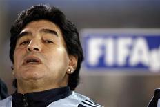 <p>Accusé par le fisc italien de lui devoir 31 millions d'euros d'arriérés d'impôts, Diego Maradona s'est vu confisquer vendredi des boucles d'oreilles d'une valeur de 4.000 euros. /Photo prise le 9 septembre 2009/REUTERS/Marcos Brindicci</p>
