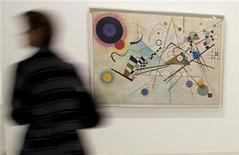 """<p>Foto de archivo de un visitante frente a """"Komposition VIII"""" del pintor Wassily Kandinsky en el museo Georges Pompidou en París, 6 abr 2009. Casi 100 obras de Vasily Kandinsky serán exhibidas a partir del viernes en el Museo Guggenheim de Nueva York, cuando lance una retrospectiva del artista abstracto como parte de las celebraciones del 50 aniversario del centro. REUTERS/Philippe Wojazer</p>"""