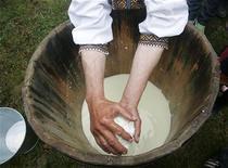 <p>Un pastore prepara del formaggio fresco nella regione dei Carpazi. REUTERS/Konstantin Chernichkin</p>