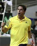 <p>O número um do Brasil Marcos Daniel bateu o equatoriano Giovanni Lapentti por 3 sets a 1 em Porto Alegre. REUTERS/Edson Vara</p>