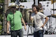 """<p>El cantante colombiano Juanes (derecha) y el español Miguel Bosé (izquierda) durante un ensayo para el concierto """"Paz Sin Fronteras"""" a realizarse el domingo en La Habana, 20 sep 2009. REUTERS/Enrique De La Osa (CUBA ENTERTAINMENT POLITICS)</p>"""