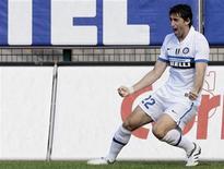 <p>Il bomber dell'Inter Diego Milito dopo un gol segnato contro il Cagliari. REUTERS/Alessandro Garofalo</p>