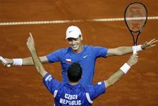<p>Tomas Berdych e Radek Stepanek comemoram a vitória sobre a dupla croata nas semi-finais da Copa Davis. REUTERS/Nikola Solic</p>
