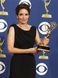"""<p>Актриса и продюсер сериала """"30 Rock"""" Тина Фей держит в руках статуэтку """"Эмми"""" на церемонии в Лос-Анджелесе20 сентября 2009 года. Комедийный сериал """"30 потрясений"""" (""""30 Rock"""") и телевизионная драма """"Безумцы"""" (""""Mad men"""") в воскресенье получили высшие награды американской телевизионной премии """"Эмми"""" REUTERS/Lucy Nicholson</p>"""