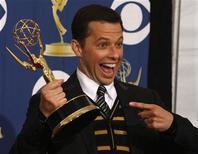 """<p>Jon Cryer posa junto a la estatuilla ganada por mejor actor secundario de comedia por la serie """"Two and a Half Men"""" en la 61era. entrega anual de los premios Emmy en Los Angeles. Septiembre 20, 2009. REUTERS/Lucy Nicholson</p>"""