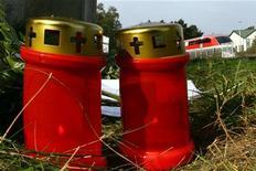 """<p>Свечи рядом с местом аварии, произошедшей между немецким сверхскоростным поездом """"Transrapid"""" и техническим поездом, недалеко от Латена, 24 сентября 2006 года. REUTERS/Alex Grimm</p>"""