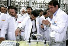<p>Президент Ирана Махмуд Ахмадинежад (в центре) на предприятии по обогащению урана в Натанце8 апреля 2008 года. Иран создал новое поколение центрифуг для обогащения урана и проводит их испытания, сообщило официальное агентство IRNA во вторник, цитируя слова главы агентства по ядерной энергии. REUTERS/Presidential official website/Handout</p>