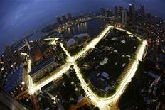 <p>The Marina Bay street circuit of the Singapore Formula One Grand Prix is seen illuminated at dusk September 21, 2009. REUTERS/Tim Chong</p>