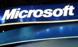 <p>Логотип Microsoft на стенде компании на выставке в Лас-Вегасе 9 января 2009 года.Компания Microsoft Corp занимается разработкой нового миниатюрного ПК, сообщил во вторник технологический блог GizmodoREUTERS/Rick Wilking</p>