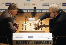 <p>Un momento della partita tra Anatoly Karpov e Garry Kasparov. REUTERS/Heino Kalis</p>