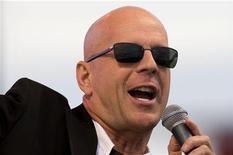 """<p>Актер Брюс Уиллис во время концерта своей группы Bruce Willis Blues Band на мысе Канаверал, Флорида 2 августа 2007 года. На этой неделе в прокат выходит фильм """"Суррогаты"""" с Брюсом Уиллисом. REUTERS/Scott Audette</p>"""