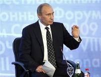 """<p>Премьер-министр РФ Владимир Путин выступает на инвестиционном форуме в Сочи 18 сентября 2009 года. Доходы РФ должны направляться на сокращение бюджетного дефицита, а не на рост расходов бюджета, но в то же время """"механическое"""" сокращение расходов может вызвать """"денежный голод"""" и новый этап спада экономики, сказал премьер-министр Владимир Путин. REUTERS/Ria Novosti/Pool/Alexei Druzhinin</p>"""