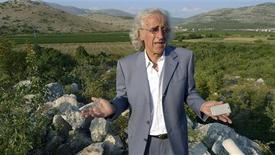 <p>Alex Kostovic, a Serbian-American who has invested well over a million dollars in 200 hectares of vineyards, talks to reporters in front of vineyards in Trebinje, southeastern Bosnia, August 27, 2009. REUTERS/Nikola Solic</p>