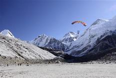 """<p>El paracaidista Ramesh Chandra Tripathi se prepara para aterrizar en el área del Monte Everest, 22 sep 2009. Tres paracaidistas han concretado el aterrizaje a más altura de la historia en una zona cercana al monte Everest, según dijeron el jueves las autoridades nepalíes. Dos británicos, Leo Dickinson y Ralph Mitchell, y un indio, Ramseh Tripathi, saltaron el martes desde un avión que volaba a unos 6.100 metros. """"Aterrizaron en la zona más alta de Gorakshep"""", dijo el funcionario del Ministerio de Turismo, Dipendra Poudel. """"Esto abrirá una nueva cita del turismo de aventura en Nepal, y más paracaidistas van a venir a Nepal"""", agregó. REUTERS/Handout</p>"""