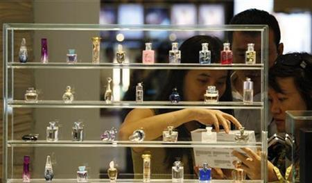 Customers buy cosmetics at the shopping arcade of the Four Seasons Macao hotel adjacent to the Venetian Macao hotel, which opened in Macau August 28, 2008. REUTERS/Bobby Yip