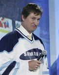 <p>Phoenix Coyote's head coach Wayne Gretzky answers a question during the launch of Samsung's 2010 Winter Olympic Games wireless hardware and programs in Vancouver, British Columbia, June 23, 2009. REUTERS/Lyle Stafford</p>