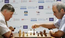 <p>Гарри Каспаров (Справа) делает ход против Анатолия Карпова во время матча в Валенсии 24 сентября 2009 года. Легенда шахмат Гарри Каспаров обыграл соотечественника Анатолия Карпова, закончив запланированные 12 партий со счетом 9-3. Матч, проходивший в Валенсии, являлся переигровкой их противостояния 25-летней давности. REUTERS/Heino Kalis</p>
