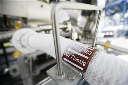 A flexible tube for CO2 is connected to a truck before the first official run of the mini plant ''Schwarze Pumpe'' in Spremberg, September 9, 2008. REUTERS/Hannibal Hanschke