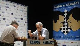 <p>Former chess world champion Garry Kasparov (R) makes a move against his opponent Anatoly Karpov during the last game of the last day of their 25th anniversary match in Valencia September 24, 2009. Kasparov won the three-day match. REUTERS/Heino Kalis</p>