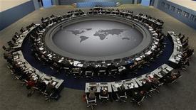"""<p>Лидеры стран """"Большой двадцатки"""" на саммите в Питтсбурге 25 сентября 2009 года. После триумфальной демонстрации единения в Питтсбурге """"Большой двадцатке"""" богатых и развивающихся стран придется провести долгие месяцы, договариваясь с рынками, которые будут проверять ее надежность в качестве основного мирового форума экономического сотрудничества. REUTERS/Jim Bourg</p>"""