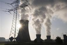 <p>Пар поднимается над трубами завода в Хамм-Уентропе в Дортмунде 25 сентября 2009 года. Температура во всем мире может подняться к середине 2050-х на четыре градуса по шкале Цельсия, если выбросы газов, вызывающих парниковый эффект, останутся на том же уровне, говорится в отчете британских исследователей. REUTERS/Wolfgang Rattay</p>