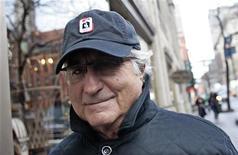 """<p>Бернард Мэдофф идет по направлению к своей квартире в Нью-Йорке 17 декабря 2008 года. Двум сыновьям мошенника Бернарда Мэдоффа, а также его брату и племяннице будет предъявлен иск в размере $198 миллионов, сказал в воскресенье в программе СBS News """"60 Minutes"""" Ирвин Пикард, ответственный за ликвидацию активов компании Мэдоффа. REUTERS/Shannon Stapleton</p>"""