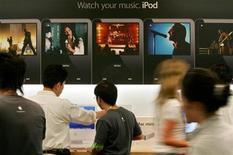 <p>Apple Inc anunció el lunes que su tienda virtual de aplicaciones iTunes ha superado las 2.000 millones de descargas y que tiene más de 85.000 aplicaciones disponibles para sus dispositivos móviles iPhone y iPod Touch. La compañía no dijo cuántas aplicaciones de las ofrecidas estaban a la venta y cuántas eran gratuitas. REUTERS/Kiyoshi Ota/Archivo</p>