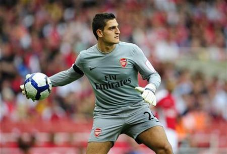 Arsenal goalkeeper Vito Mannone clears the ball against Atletico Madrid during their Emirates Cup match at the Emirates Stadium in London August 1, 2009. REUTERS/Dylan Martinez