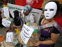 <p>Activistas realizan una manifestación afuera del edificio de Naciones Unidas en Bangkok, 30 sep 2009. Enviados a los diálogos sobre clima de la ONU intentaron superar un estancamiento sobre finanzas y pasos para reducir las emisiones de gases invernadero, mientras una serie de reportes advertía funestas consecuencias del calentamiento global. Delegados de alrededor de 180 naciones están reunidos en la capital tailandesa para intentar superar las diferencias sobre cómo compartir la carga en la lucha contra el cambio climático, antes de la fecha límite de diciembre para acordar las condiciones de un pacto que reemplace al Protocolo de Kioto. REUTERS/Sukree Sukplang</p>