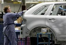 <p>A Ford Motor Company employee assembles a new Ford Edge on the company's new flexible assembly line at the Ford assembly plant in Oakville, a Toronto suburb, October 16, 2006. REUTERS/J.P. Moczulski</p>