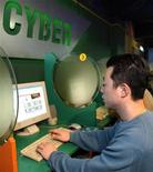 <p>Мужчина пользуется компьютером в интернет-кафе в Сеуле 28 января 2003 года. Киберпреступники все в большей степени концентрируются на операциях против пользователей социальных сетей, а также на поиске уязвимых мест в банковских системах безопасности, говорят производители антивирусов. REUTERS/Rhee Dong-Min</p>