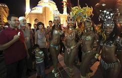"""<p>Imagen de archivo de bailarinas brasileñas mientras posan frente de la mezquita al-Amin durante un desfile en el centro de Beirut, 23 sep 2009. Clérigos musulmanes criticaron duramente el jueves un espectáculo de samba de Brasil en la ciudad libanesa de Tiro, que fue cancelado luego de la protesta, dijeron autoridades locales. Una declaración de los clérigos condenó los planes para una presentación al aire libre de un grupo de baile que ha estado de gira en el país. """"Apoyamos el turismo, pero estamos en contra de la indecencia"""", dijo el jeque Ali Yassin, quien dirige un grupo de clérigos en la ciudad de mayoría musulmana chiíta. REUTERS/Jamal Saidi</p>"""