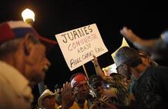 <p>Foto de archivo de un grupo de anti castristas durante una manifestación contraria al concierto del cantante Juanes en Cuba, Miami, 20 sep 2009. Exiliados cubanos que previamente se opusieron al concierto que realizó el mes pasado en La Habana el cantante colombiano Juanes terminaron, en su mayoría, respaldando el evento luego que el artista habló a favor de la unidad de los cubanos, mostró un sondeo divulgado el jueves. REUTERS/Carlos Barria</p>