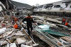 <p>Спасатели разбирают завалы у гостиницы Ambacang Hotel в Паданге 2 октября 2009 года. Спасательные команды продолжают поиски выживших жителей пострадавшего от сильного землетрясения индонезийского города Паданг. REUTERS/Enny Nuraheni</p>