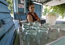 <p>Женщина ожидает клиентов в своей закусочной в Гаване 1 сентября 2009 года. Таких приятных вещей как бесплатные ланчи из-за всемирного экономического кризиса скоро может не стать даже на коммунистической Кубе. REUTERS/Enrique De La Osa</p>