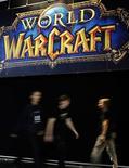 <p>Посетители на выставке World of Warcraft в рамках Gamescom 2009, Кельн 22 августа 2009 года. Виртуальная экономика онлайн-игр, возникающая в ходе обмена и продажи игроками артефактов, используется учеными для изучения характеристик экономического поведения в реальном мире. REUTERS/Ina FAssbender</p>