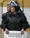 <p>Милицонеры стоят во время проведения митинга оппозиции в Бишкеке 11 апреля 2007 года. Милиция Киргизии обнаружила останки пропавшего год назад оппозиционного депутата и пока исключает политическую подоплеку убийства, сказал Рейтер в пятницу замглавы МВД Сабырбек Курманалиев. REUTERS/Shamil Zhumatov</p>