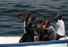 """<p>Подозреваемые пираты убирают руки за голову в то время как их арестовывают морские пехотинцы с турецкого фрегата """"Гедиз"""" в Аденском заливе 24 июля 2009 года. Сомалийские пираты захватили испанское рыболовецкое судно """"Алакрана"""" (""""Alacrana"""") в Индийском океане, сообщила в пятницу испанская радиостанция La Ser. REUTERS/Turkish Chief of Staff</p>"""