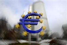 <p>Скульптура евро рядом с Европейским Центробанком в Франкфурте-на-Майне 15 января 2009 года. Надежды Евросоюза на рост мирового влияния вновь зависят от Ирландии, где начался референдум по ратификации Лиссабонского соглашения. REUTERS/Kai Pfaffenbach</p>