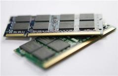 <p>Las ventas globales de chips aumentaron un 5 por ciento en agosto respecto del mes previo, ayudadas por una continua recuperación en el gasto de consumo, programas de incentivos por productos que ahorran energía y crecientes ventas de computadoras laptop, informó el viernes la SIA. La Asociación de la Industria de Semiconductores (SIA, por su sigla en inglés) dijo que las ventas globales de semiconductores en agosto alcanzaron los 19.100 millones de dólares frente a 18.200 millones de dólares en julio, lo que marca un sexto mes consecutivo de crecimiento secuencial. Sin embargo, las ventas de chips cayeron en agosto un 16,1 por ciento respecto del mismo mes del año anterior. REUTERS/Nicky Loh/Archivo</p>