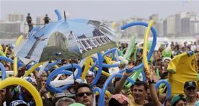 <p>Centinaia di persone riunite sulla spiaggia di Copacabana per la decisione del Cio sull'assegnazione delle Olimpiadi 2016. REUTERS/Sergio Moraes</p>