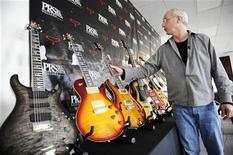 <p>Foto de archivo de Paul Reed Smith, fundador de PRS Guitars, en la que muestra algunas de las guitarras de su compañía en la fábrica de Stevensville, Maryland. REUTERS/Jonathan Ernst</p>