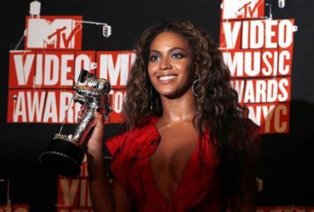 Beyonce poses with the video of the year award at the 2009 MTV Video Music Awards in New York, September 13, 2009. REUTERS/Lucas Jackson