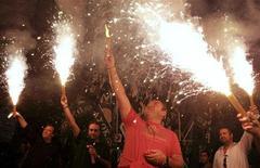 <p>Сторонники оппозиционного Всегреческого социалистического движения (ПАСОК) радуются победе на парламентских выборах в Афинах 4 октября 2009 года. Оппозиционное Всегреческое социалистическое движение (ПАСОК) победило на парламентских выборах в Греции, обещав электорату повысить налоги для состоятельных граждан и направить поступления на борьбу с экономическим кризисом, перед которым оказались бессильны правящие консерваторы. REUTERS/John Kolesidis</p>