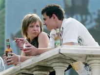 <p>Люди пьют пиво в центре Москвы 8 августа 2004 года. Правительство РФ утвердило самый жесткий вариант повышения ставок акциза на пиво из всех рассматривавшихся - внесенный на этой неделе в Госдуму законопроект о бюджете на 2010-2012 годы предусматривает увеличение в 2010 году акциза на пиво на 200 процентов, то есть втрое выше уровня 2009 года, а в 2011 и 2012 годах предусматривает увеличение акцизов на 11 и 20 процентов соответственно. REUTERS/Sergei Karpukhin</p>