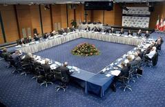 """<p>Главы Центробанков и министры финансов стран """"Большой семерки"""" на саммите в Стамбуле 3 октября 2009 года. """"Большая семерка"""" индустриально развитых стран в субботу призвала Китай повысить курс юаня к прочим мировым валютам, однако не предложила конкретных мер по устранению разногласий относительно валютных курсов. REUTERS/IMF/Stephen Jaffe/Handout</p>"""