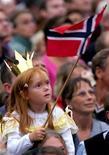 <p>Девочка с флагом Норвегии в Осло 25 августа 2001 года. Согласно данным, опубликованным ООН в понедельник, Норвегия сохранила статус самой привлекательной для жизни страны, в то время как на низшей ступени рейтинга оказались страны Тропической Африки, страдающие от войн, ВИЧ и СПИДа. REUTERS/Jerry Lampen</p>