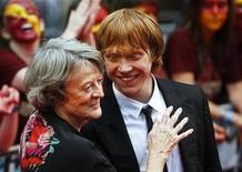 """<p>Imagen de archivo de la actriz Maggie Smith y el actor Rupert Grint en el estreno de """"Harry Potter y el Misterio del Príncipe"""" en la plaza Leicester en Londres, 7 jul 2009. La ganadora de dos premios Oscar Maggie Smith quedó tan """"desecajada"""" tras su lucha contra el cáncer que teme regresar a los escenarios. La actriz británica, de 74 años, dijo el lunes al diario Times que aunque ha ganado dos estatuillas Oscar y cinco premios BAFTA, su confianza quedó destruida por el tratamiento de quimioterapia que recibió el año pasado a causa de un bulto en su pecho. REUTERS/Luke MacGregor/Archivo</p>"""