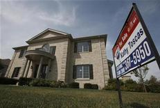 <p>A new home sits for sale in Lemont, Illinois, July 27, 2009. REUTERS/John Gress</p>
