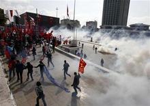 <p>Протестанты разбегаются во время столкновений с турецкой полицией 6 октября 2009 года в Стамбуле. Турецкая полиция применила слезоточивый газ и водяные пушки, чтобы разогнать сотни антиглобалистов, проводивших акции протеста на улицах Стамбула во время заседания МВФ и Всемирного банка. REUTERS/Osman Orsal</p>